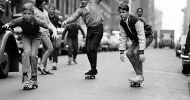 Enfant sur des skate vintage