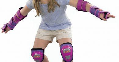 Fille avec protection de skate rose
