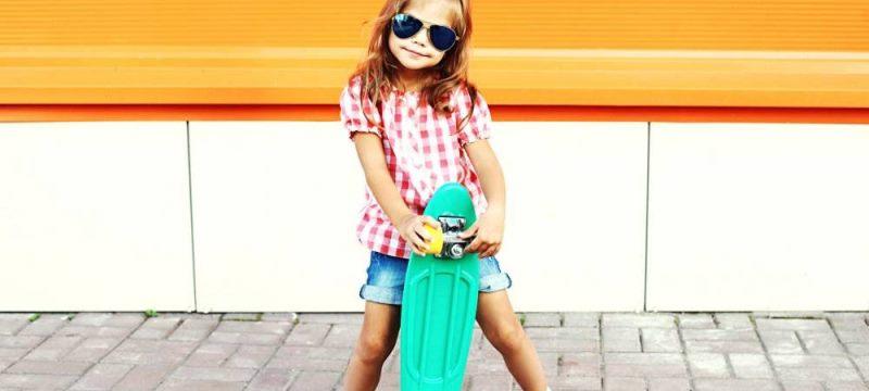 Petite fille avec un skateboard