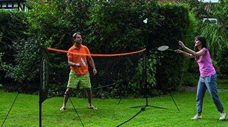 Homme et femme jouant au badminton
