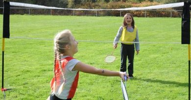 Filles jouant au badminton